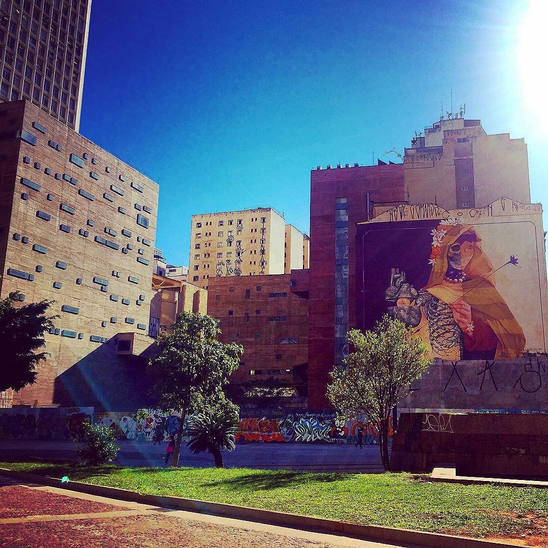 Céu azul e frio no centro de São Paulo #streetart #graffiti