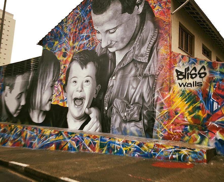 Gosto demais de grafite... Transforma o muro cinza em vida. Grafite é arte da rua. Pelas imagens, uma mensagem. É poético, mesmo sendo ácido. É cor na cidade cinza, ainda que estampado em lugares sóbrios ou sombrios. São histórias, são memórias. Um alerta. Um olhar. São divertidos, expressivos, comoventes, literários. Antíteses e paradoxos de nossa sociedade. Este grafite de crianças com síndrome de Down está localizado entre as avenidas Santo Amaro e Roberto Marinho, na zona sul de São Paulo. Uma criação de Bliss Walls. Numa tradução livre: paredes felizes. Foi concluído há uma semana. [A foto é da repórter Ananda Apple.] #paredesquefalam #grafite #streetartsp #cidadecinza