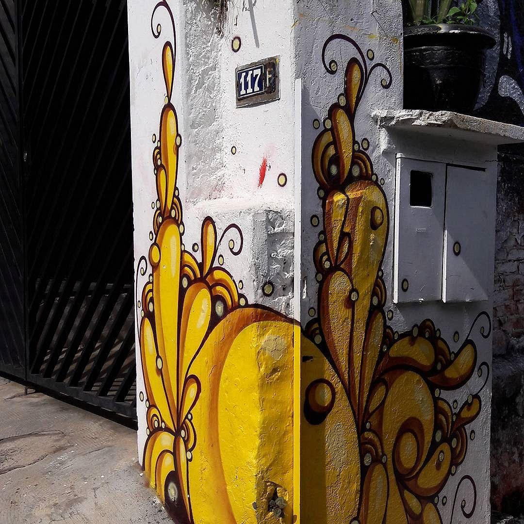 Obra do @highraff no Beco do Batman (Vila Madalena - São Paulo) #highraff #vilamadalena #sambadograffiti #sampagraffiti #graffiti #graffiti_clicks #grafite #graf #streetart #streetartsp #streetphoto #streetarteverywhere #streetartphotography #spray #bagarre #spraypaint #urbanwall #urbanart #wallart #saopaulo #brasil #rsa_graffiti #bikini #braznu #sampa #tv_streetart #saopaulocity #tv_sa_simplicity_graff #streetartofficial #psychedelicart