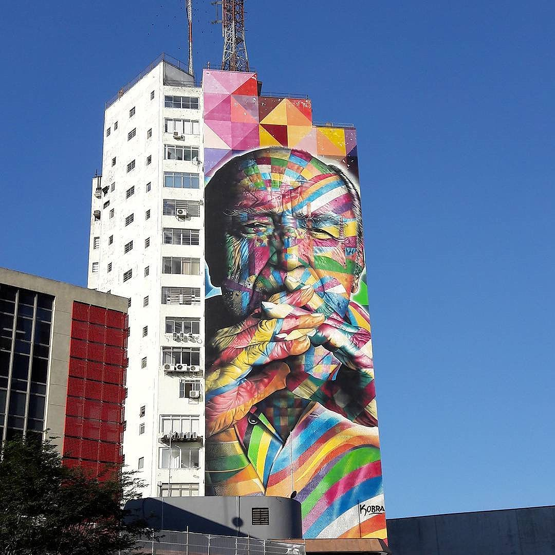 "Blue sky, architecture (niemeyer) and street art... the ""cherry on the cake"" on this great sunday at Paulista Avenue (São Paulo)... #nofilter Artist: @kobrastreetart #kobra #sambadograffiti #sampagraffiti #graffiti #graffiti_clicks #grafite #graf #streetart #streetartsp #streetphoto #streetarteverywhere #streetartphotography #spray #bagarre #spraypaint #urbanwall #urbanart #wallart #saopaulo #brasil #rsa_graffiti #braznu #sampa #tv_streetart #saopaulocity #tv_sa_simplicity_graff #streetartofficial #avenidapaulista #niemeyer"