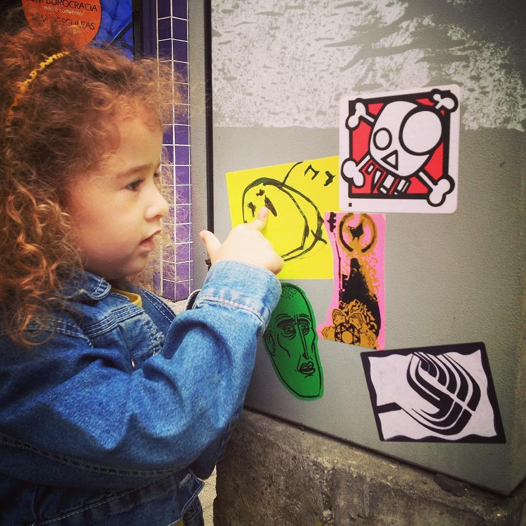 Lucy fez e colou seu primeiro sticker! #streetartsp #lucysticker #projetochã #shn #muximuxi #trampo