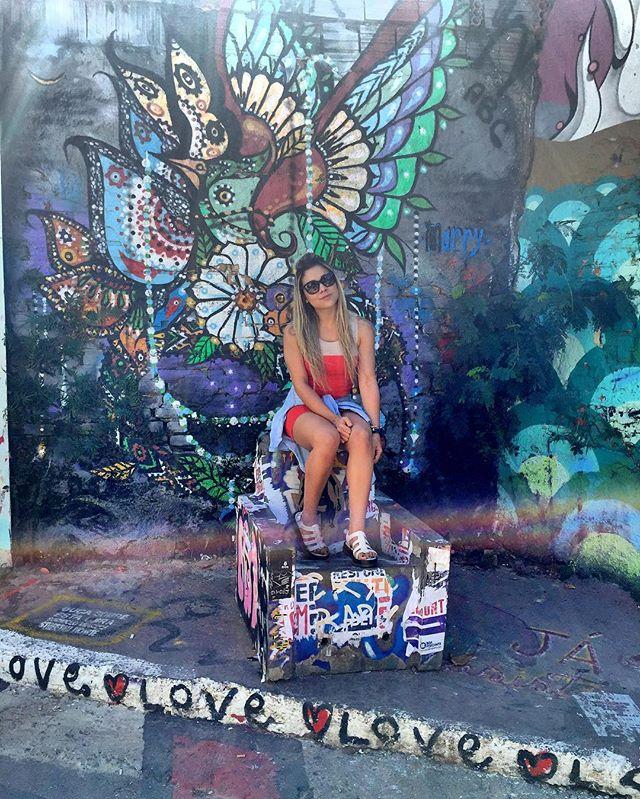 Notas Sobre Ela: ela adora viajar e adora ficar sozinha pelo mesmo motivo lugares novos no mundo lugares novos dentro de si -Zack Magiezi ️ #SãoPaulo #BecoDoBatman #becodobatmansp #vilamadalena #SP #sampa #sampacity #existeamoremsp #streetart #streetphotography #streetartsp