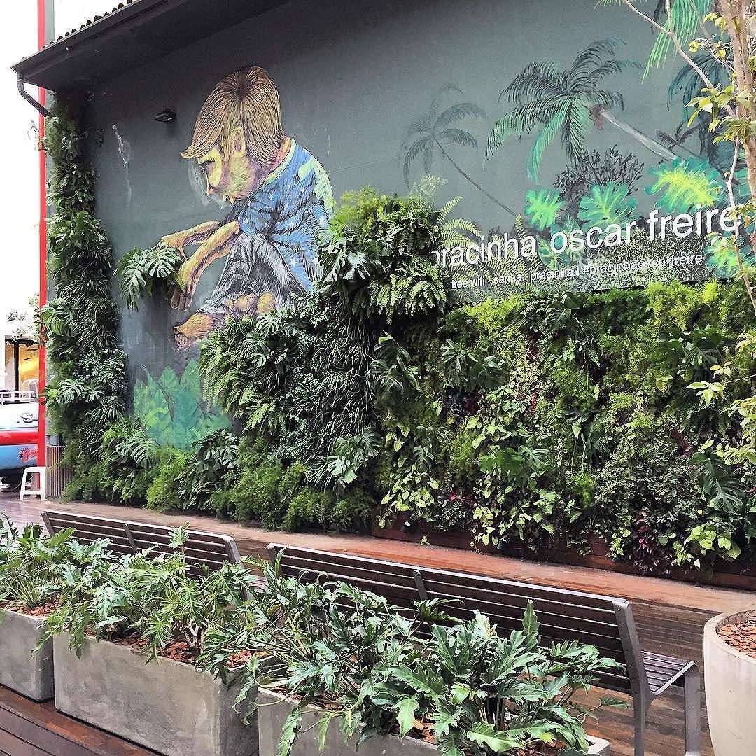 Pracinha Oscar Freire, uma das ações do @designweekendsp no Jardins. Por aqui grafites lindos, intervenção paisagística do @elkispaisagismo, food trucks, música e design...Vale o passeio!! @marianaamaralcomunicacao #jardinsdd #marianaamaralcomunicação #lab&factory #ilovemyjob #design #foodtruck #macnodw #streetartsp #bomdiasp #pisagismo #vejasp #sãopaulocity #vivasãopaulo #splovers #catracalivre