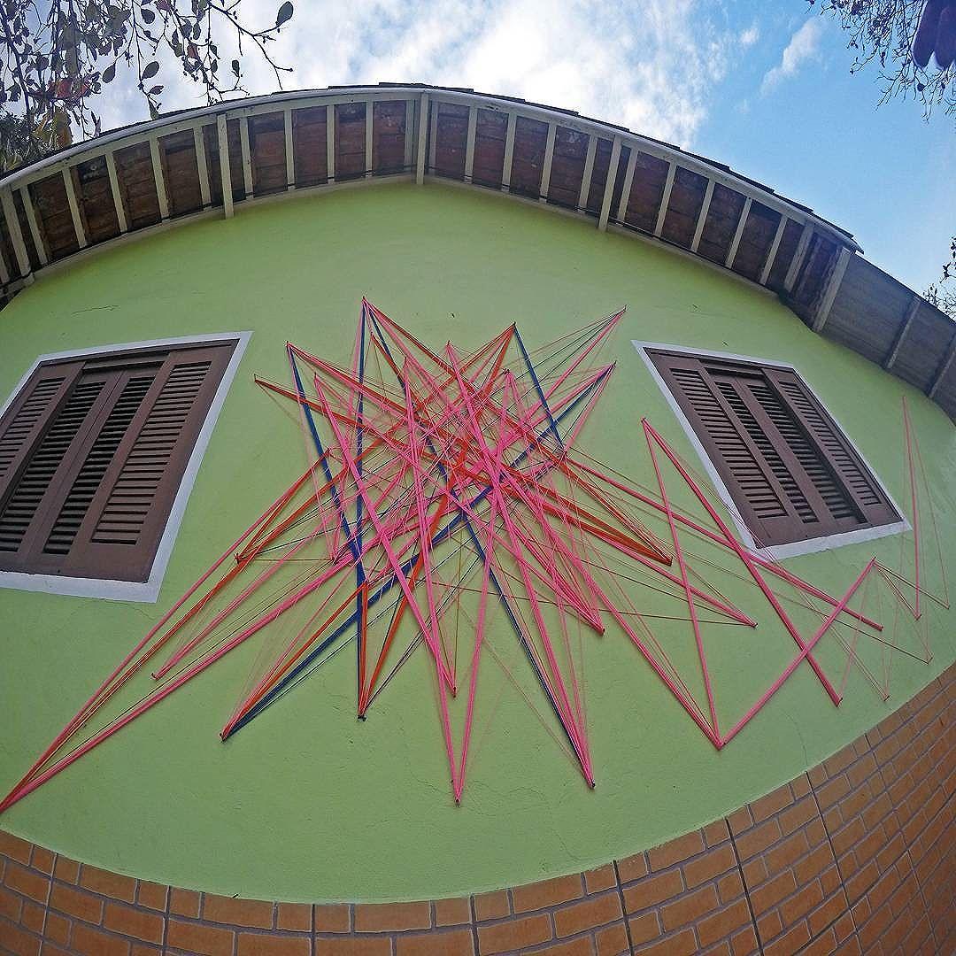 Tei•∆ . Intervenção urbana Praia branca   Guarujá • Litoral . #teia #stringart #stringcolor #intervention #intervencaourbana #intervencao #urban #abstract #abstrato #linhas #barbante #colorido #color #arteurbana #artederua #instaartexplorer #art #arte #streetart #streetartsp #street #designer #design #arq #arquitetura #saopaulo #brasil