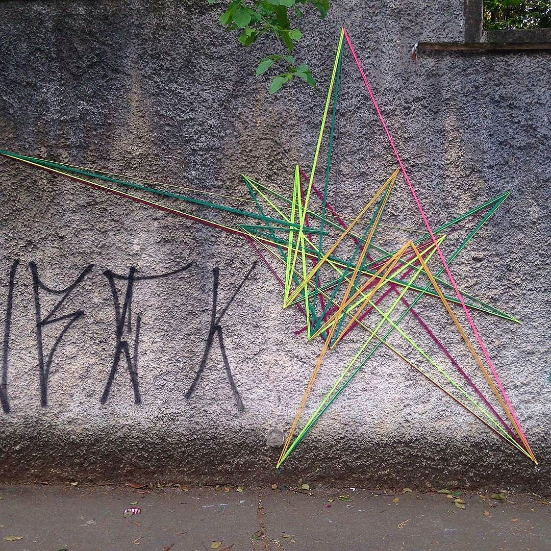 Tei•∆ urban•∆ . Intervenção urbana Rua: Max Mangels Sênior • SBC 29•08•2016. #teia #stringart #stringcolor #intervention #intervencaourbana #intervencao #urban #abstract #abstrato #linhas #barbante #colorido #color #arteurbana #artederua #instaartexplorer #art #arte #streetart #streetartsp #street #designer #design #arq #arquitetura #decoracion #decoracao #thednalife #saopaulo #brasil