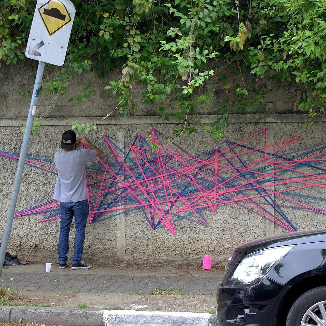 Tei•∆ urban•∆ . Intervenção urbana Rua Agostinho Rodrigues Filho, 201, Parque Sônia • SP 02•09•2016. Foto: Lucas Bueno #teiaurbana #teia #stringart #stringcolor #intervention #intervencaourbana #intervencao #urban #abstract #abstrato #linhas #barbante #colorido #color #arteurbana #artederua #instaartexplorer #art #arte #streetart #streetartsp #street #designer #design #arq #arquitetura #decoracion #decoracao #saopaulo #brasil