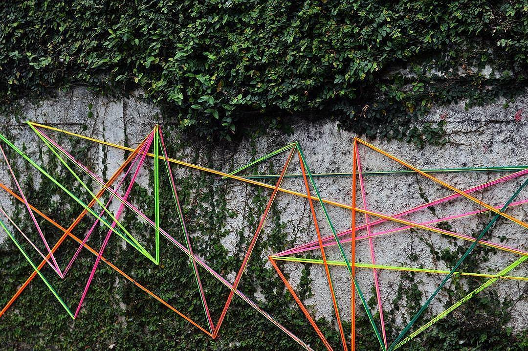Intervenção urbana  Rua: Benedito Fioretto 11•09•2016 Foto: @renanssauro_rex  #teiaurbana #teia #streetart #stringart #intervention #intervencaourbana #intervencao #urban #abstract #abstrato #linhas #barbante #colorido #color #arteurbana #artederua #instaartexplorer #art #arte #streetartsp #street #designer #design #arq #arquitetura #decoracion #saopaulo #brasil