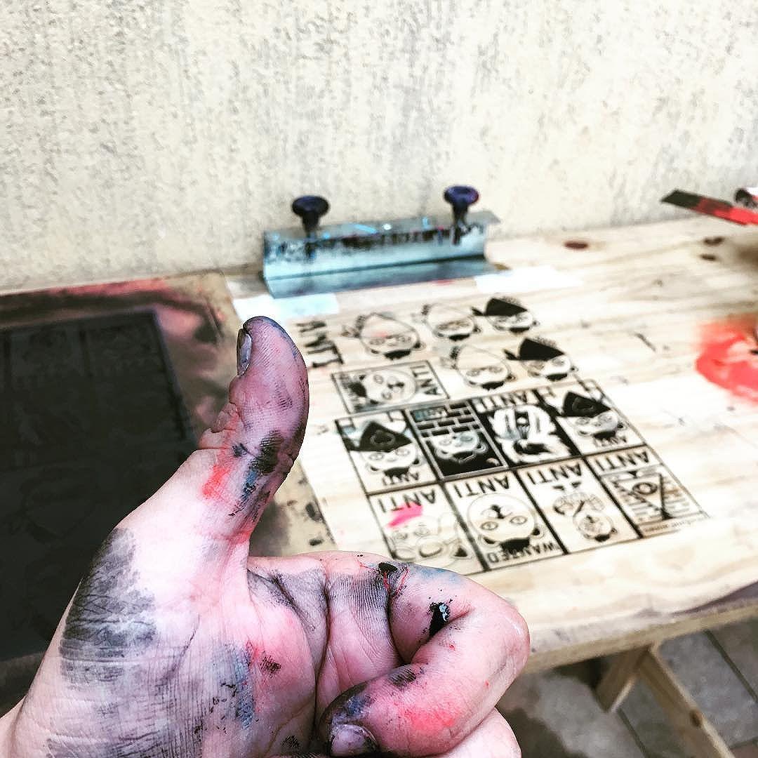 Meninas que curtem homens sujos de tinta pode add -