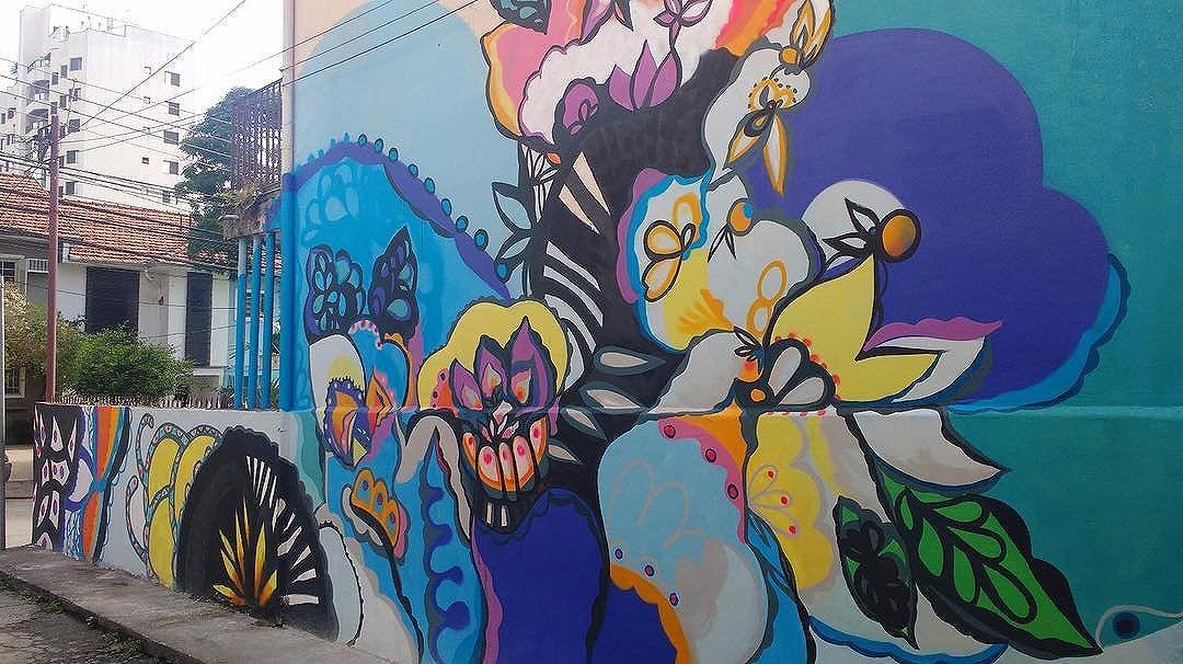 Detalhes do mural realizado na Vila Olímpia, em SP, na semana passada. @luizzonzini .Obrigada @noahcd  e sua família pela confiança  em meu trabalho e aos moradores da vila pelo carinho e suporte.Pintar paredes é um dos melhores trabalhos.  #streetgallery #arteurbana #sp #murals #mural #flower #jardíN #streetartsp
