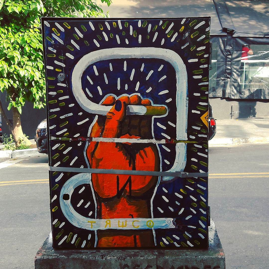 Electric boxes are perfect spots for good street art (Vila Madalena - São Paulo) Artista: TRECO (@decotreco) #treco #sambadograffiti #be_one_urbanart #graffiti #graffiti_clicks #grafite #graf #streetart #streetartsp #streetphoto #streetarteverywhere #streetartphotography #spraypaint #urbanwall #urbanart #wallart #saopaulo #brasil #rsa_graffiti #braznu #sampa #tv_streetart #saopaulocity #tv_sa_simplicity_graff #streetartofficial #be_one_urbanart #brarts