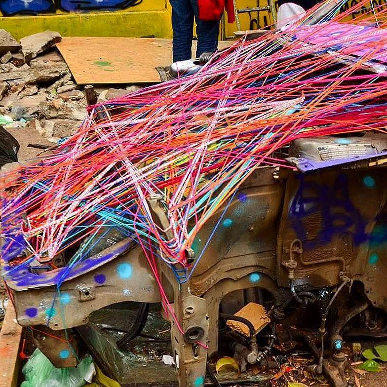 Em meio so caos!  #teiaurbana #teia #streetart #stringart #intervention #intervencaourbana #streetartnews #streetartglobe #intervencao #graffiti #urban #abstract #abstrato #linhas #barbante #colorido #color #arteurbana #artederua #instaartexplorer #art #arte #streetartsp #street #designer #design #arq #arquitetura #saopaulo #brasil