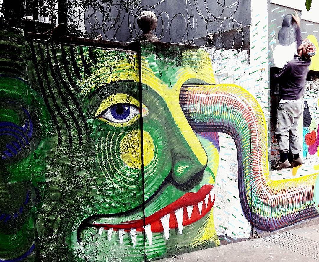 Finalização da obra no Dia do Graffiti no Bixiga (São Paulo) Artista: TRECO (@decotreco) #treco #sambadograffiti #be_one_urbanart #graffiti #graffiti_clicks #grafite #graf #streetart #streetartsp #streetphoto #streetarteverywhere #streetartphotography #spraypaint #urbanwall #urbanart #wallart #saopaulo #brasil #rsa_graffiti #braznu #sampa #tv_streetart #saopaulocity #tv_sa_simplicity_graff #streetartofficial #be_one_urbanart #brarts #diadograffitinobixiga #diadograffiti