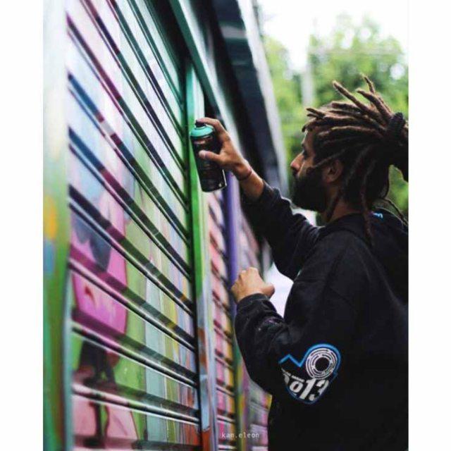 Registro foda do mano @kam.eleon no dia do graffiti no Bixiga. Dia de trombar os amigos e dar muitas risadas.  #graffiti #graff #graffart #art #arte #arts #artist #colors #color #cor #cores #apa #apaone #brazilianart #brazilianstyle #brazilianartist #streetartsp #streetart #urbanstyle #urbanart #urbanartist #maiscorporfavor #character #cartoons #action