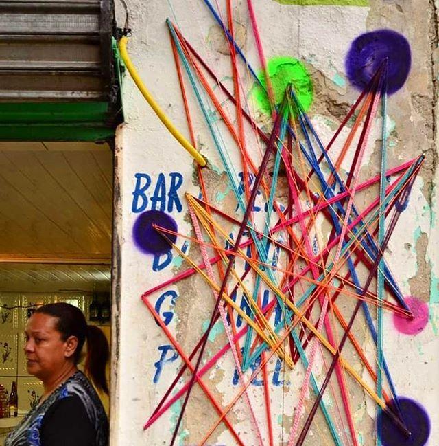 Remendando buracos! Intervenção urbana  Rua: 13 de Maio • Bixiga • SP 01•10 • 2016. Foto: Lizeshinagawa  #teiaurbana #teia #streetart #stringart #intervention #intervencaourbana #streetartnews #streetartglobe #intervencao #graffiti #urban #abstract #abstrato #linhas #barbante #colorido #color #arteurbana #artederua #instaartexplorer #art #arte #streetartsp #street #designer #design #arq #arquitetura #saopaulo #brasil