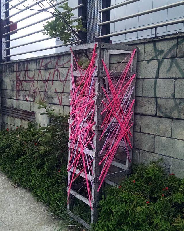 Intervenção urbana  Pres. Tancredo Neves • SP 13•11•2016 . #teiaurbana #teia #streetart #stringart #intervention #intervencaourbana #contemporaneo #streetartnews #streetartglobe #intervencao #urban #abstract #abstrato #linhas #barbante #colorido #color #arteurbana #artederua #instaartexplorer #art #arte #streetartsp #street #designer #design #arquitetura #urbanismo #saopaulo #brasil