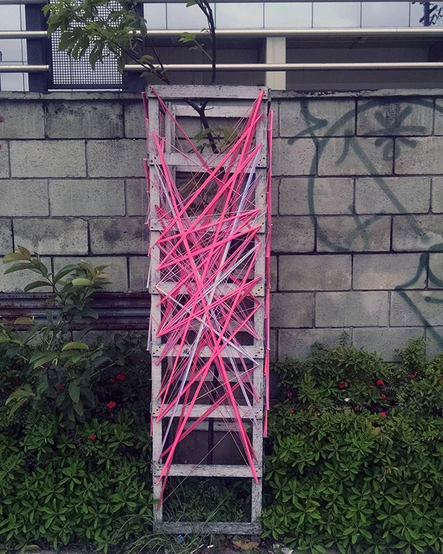 Intervenção urbana  Pres. Tancredo Neves • SP 13•11•2016 . #teiaurbana #teia #streetart #stringart #intervention #intervencaourbana #contemporaneo #streetartnews #streetartglobe #intervencao #urban #abstract #abstrato #linhas #barbante #colorido #color #arteurbana #artederua #instaartexplorer #art #arte #streetartsp #street #designer #design #arquitetura #urbanismo #saopaulo #brasil