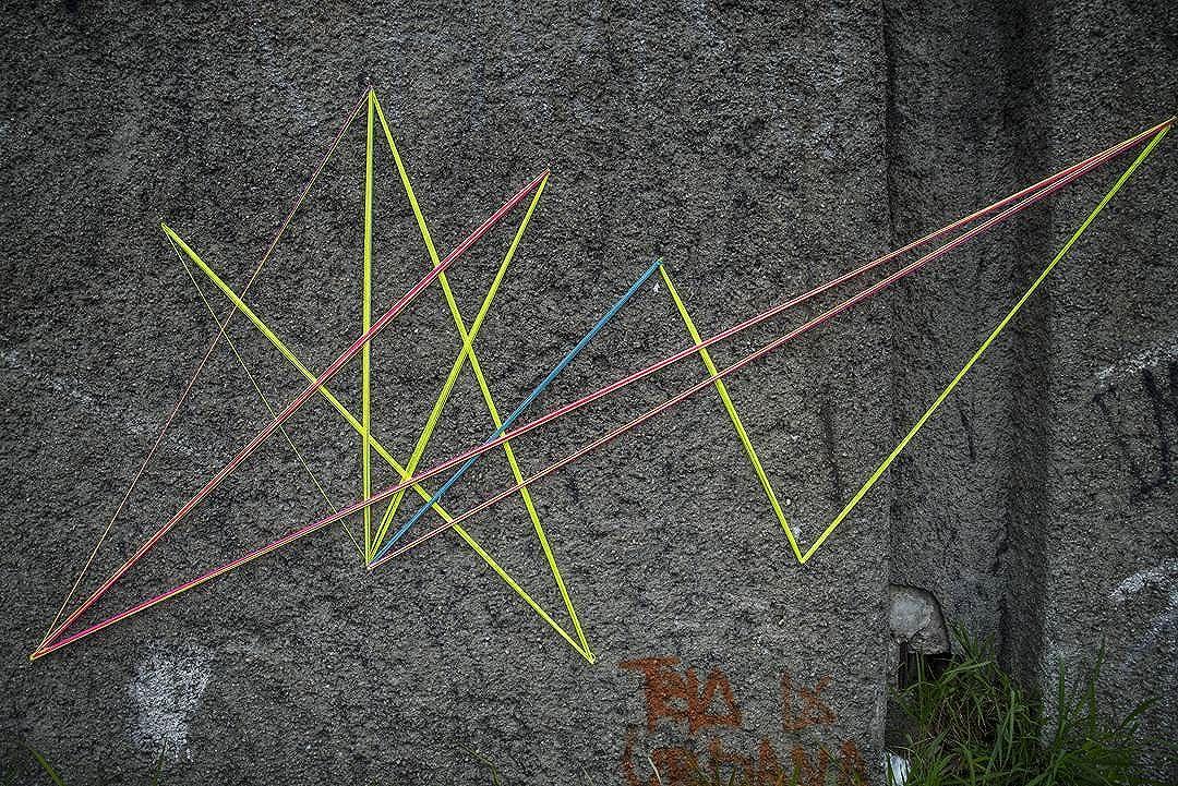 Intervenção urbana Rodovia Anchieta km 13 • SP 05•11•2016. Foto: @walter_juninho  #teiaurbana #teia #streetart #stringart #intervention #intervencaourbana #streetartnews #streetartglobe #intervencao #graffiti #urban #abstract #abstrato #linhas #barbante #colorido #color #arteurbana #artederua #instaartexplorer #art #arte #streetartsp #street #designer #design #arq #arquitetura #saopaulo #brasil