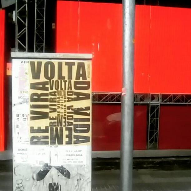 VoltarevirA #paulestinos #poesiaderua #poesiaconcreta #poesia #lambelambe #streetart #urbanart #arteurbana #artelatina #artecallejero #artecallejerolatinoamerica #taescritoemsampa #olheosmuros #streetartsp  #colagem #poesianoconcreto #lambesbrasil
