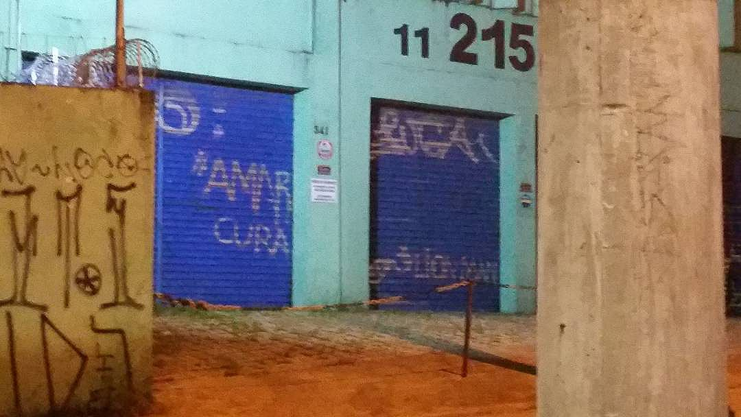 《《A M A R  C U R A 》》 #boanoite #amarcura #loveheals #pixo #pixação #vandal #vandalism #vandalart #pixosp #pixodobom #pixo_do_bom #aruaénoiz #murosquefalam #streetartsp #street #streetart #011 #pixoéarte #doriapixoéarte #alatavairevidar #vandallove #vandalizecomamor #lionman #estilolionman