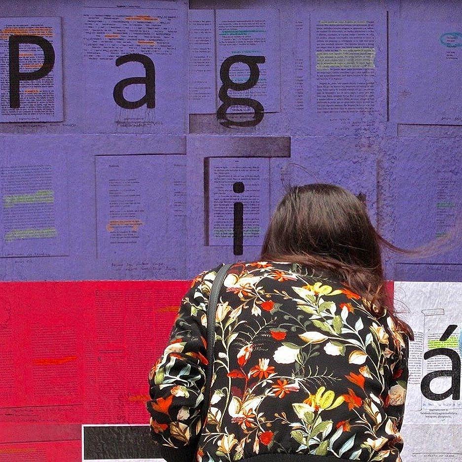 Corpo e leitura: Pra ler a página de baixo tem que se mexer!  Nosso trabalho no @mirante9dejulho é em três partes. Essa é uma delas. Está aberto a grifos, e fica até 5 de março. #paginario #mirante9dejulho #saopaulo #streetartsp #art #books #literatura #arte #muralismo #mural #livros #arteurbana #artesp