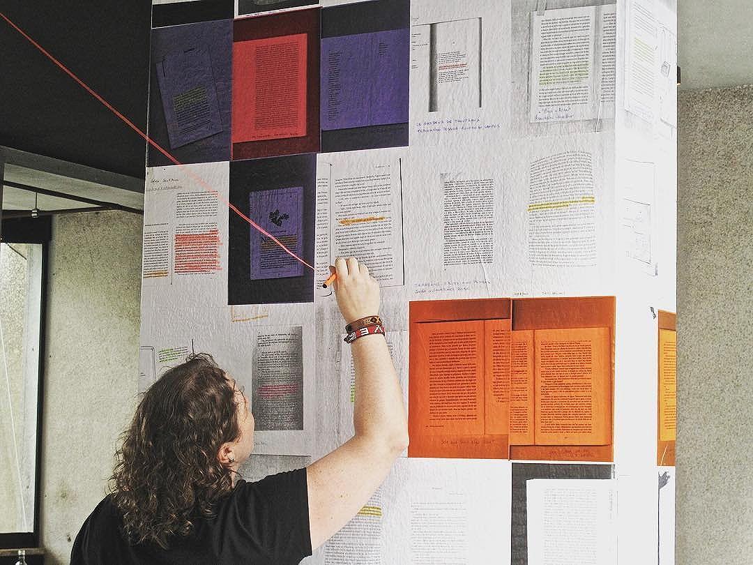 Galera grifando nossas duas colunas, dentro do @issoecafe no @mirante9dejulho. Fica até 5 de março. #paginario #mirante9dejulho #saopaulo #streetartsp #art #books #literatura #arte #muralismo #mural #livros #arteurbana #artesp