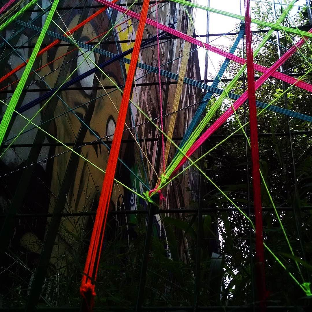 Geometria .  #teiaurbana #teia #streetart #stringart #intervention #intervencaourbana #contemporaneo #streetartnews #streetartglobe #intervencao #urban #abstract #linhas #barbante #colorido #color #arteurbana #artederua #art #arte #streetartsp #street #designer #design #urbanismo #saopaulo #brasil