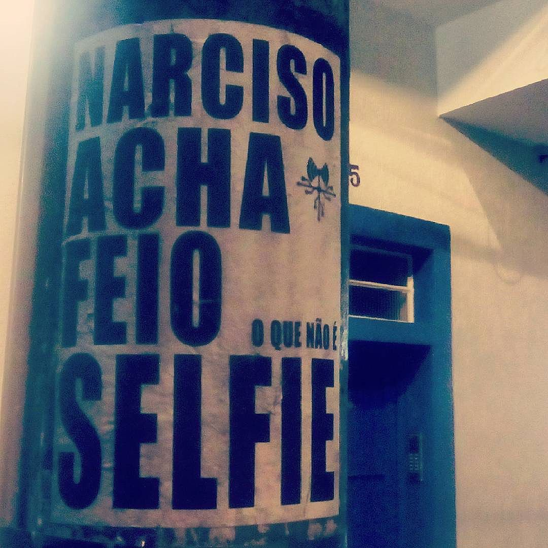 Narciso acha feio o que não é selfie... #paulestinos #lambelambe #sampa #selfie #paulestinos #lambelambe #poesiaderua #poesiaconcreta #poesia #lambelambe #streetart #urbanart #arteurbana #artelatina #artecallejero #artecallejerolatinoamerica #taescritoemsampa #olheosmuros #streetartsp  #colagem #poesianoconcreto #lambesbrasil