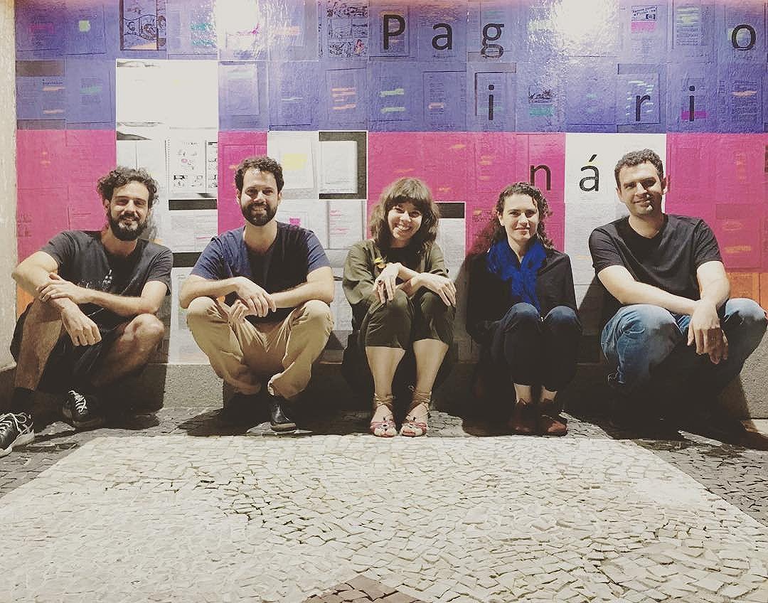 """Rodrigo Lopes, Leonardo Villa-Forte, Veronica Stigger, Marilia Garcia e Leonardo Gandolfi: alguns dos convidados que enviaram páginas para nosso mural de tema """"lugar"""" no @mirante9dejulho. Vale procurar e tentar adivinhar o que cada um enviou. Nosso trabalho no @mirante9dejulho é em três partes. Essa é uma delas. Está aberto a grifos, e fica até 5 de março. #paginario #mirante9dejulho #saopaulo #streetartsp #art #books #literatura #arte #muralismo #mural #livros #arteurbana #artesp"""