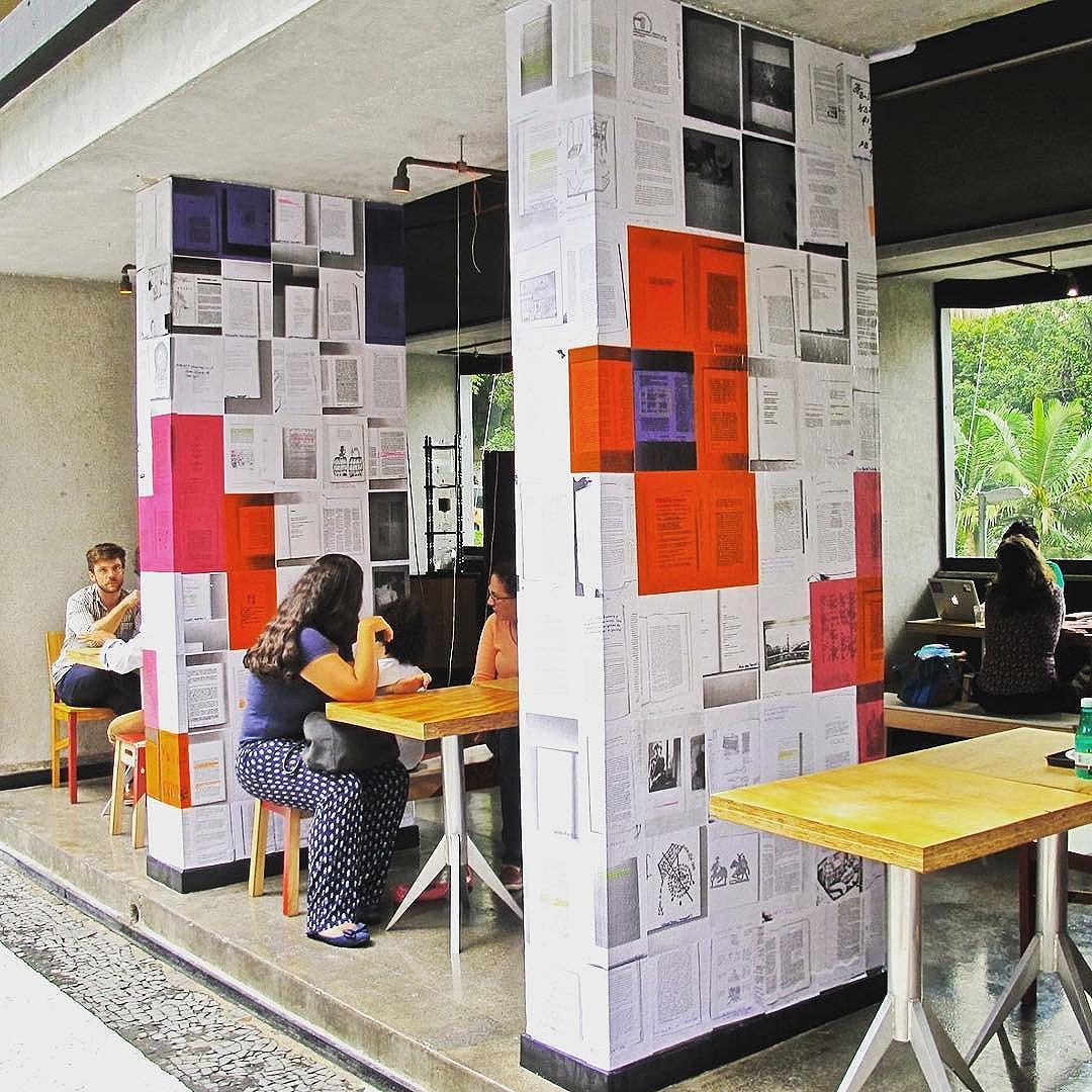 Tem mais! Nosso trabalho no @mirante9dejulho é em três partes. Essas são as duas colunas, dentro do @issoecafe, que estão aberto a grifos. Fica até 5 de março. #paginario #mirante9dejulho #saopaulo #streetartsp #art #books #literatura #arte #muralismo #mural #livros #arteurbana #artesp