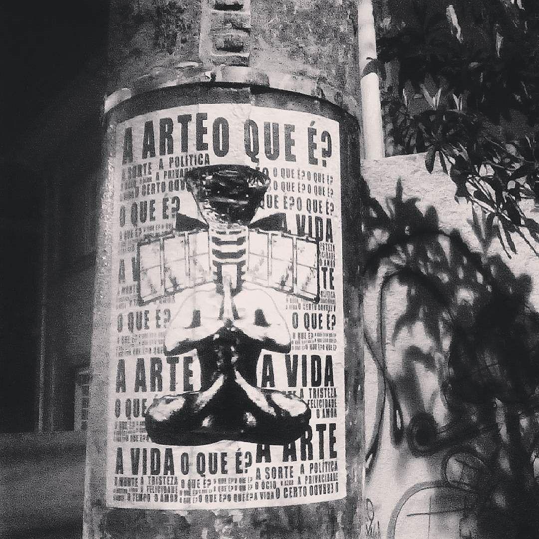 Um satélite na cabeça! #paulestinos #lambelambe #chicosience #nacaozumbi #paulestinos #lambelambe #poesiaderua #poesiaconcreta #poesia #lambelambe #streetart #urbanart #arteurbana #artelatina #artecallejero #artecallejerolatinoamerica #taescritoemsampa #olheosmuros #streetartsp  #colagem #poesianoconcreto #lambesbrasil