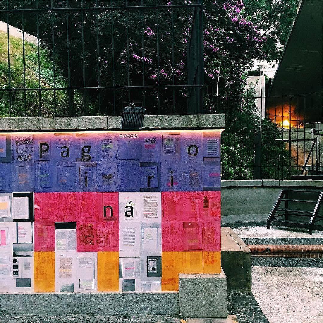 Seguimos a cores e palavras em nossa expo/ocupação no @mirante9dejulho. Foto tirada agorinha mesmo pela produção. #paginario #saopaulo #mirante9dejulho #streetart #streetartsp #mural #muralismo #colagem #lambelambe #literatura #arte #books #arteurbana #art #belavista #belavistasp #ruas #intervencaourbana