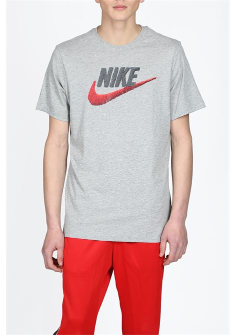 NIKE | 8 | AR4993-063 NSW TEE BRAND MARKGREY/BLACK/RED