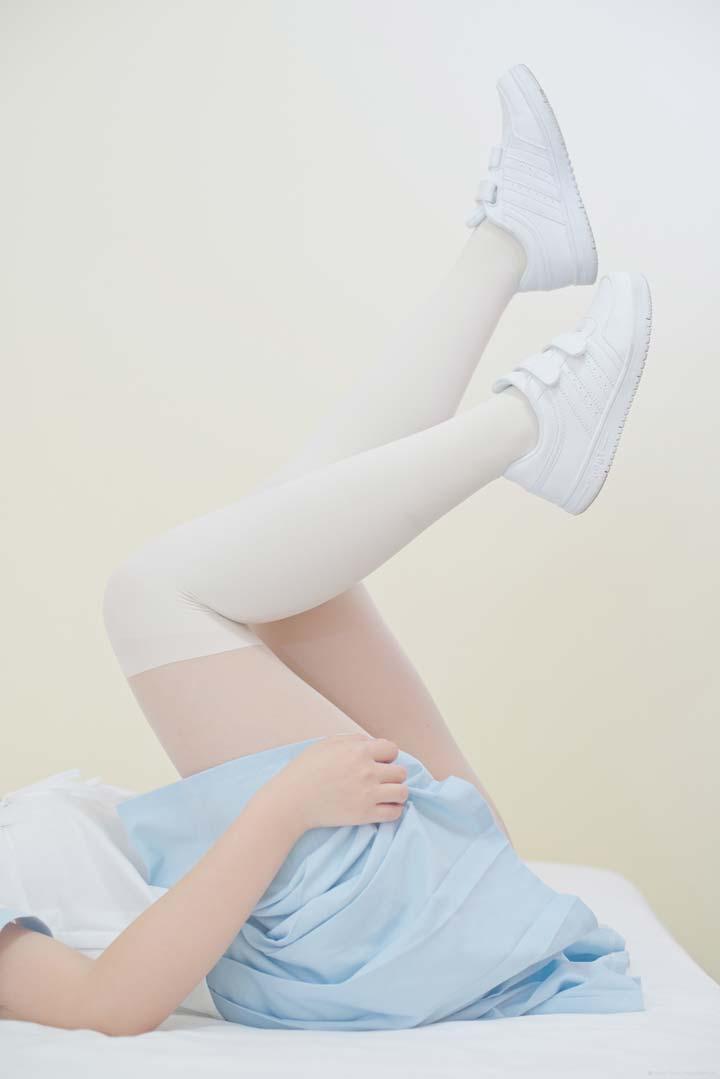 Yoko Ono wore long white socks and white trainers