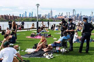 """En Nueva York pintaron """"Espacios de estacionamiento humanos"""" en los parques para prevenir el coronavirus"""