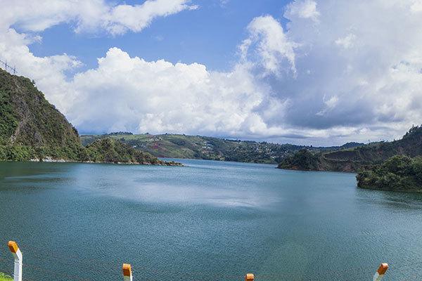 Tarde Soleada en el Lago Calima