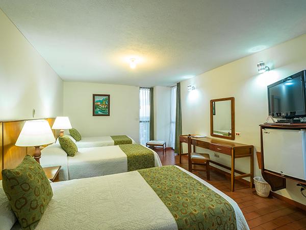 Habitaci n est ndar triple twin en hotel don lolo for Habitacion familiar estandar