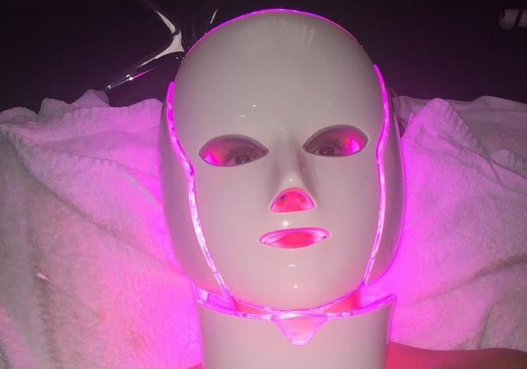 led light therapy on face