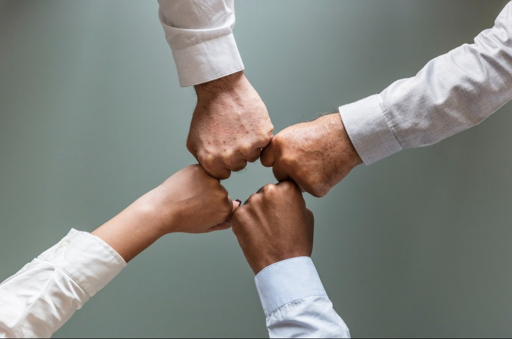 5 Characteristics Of A Great Leader -4 People's Fist In A Circle