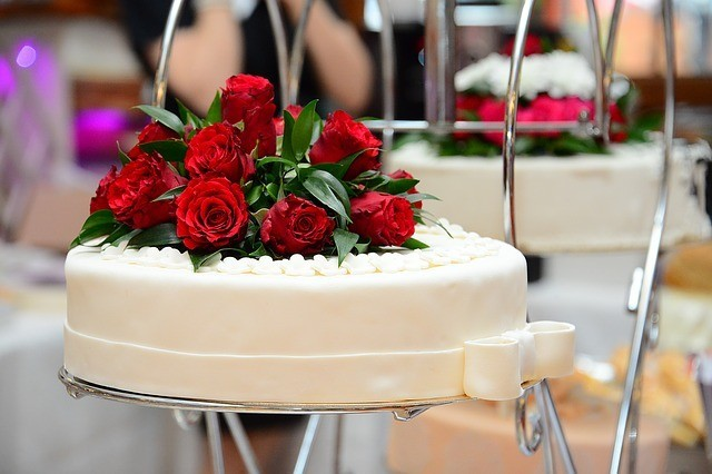 round white cake with red roses
