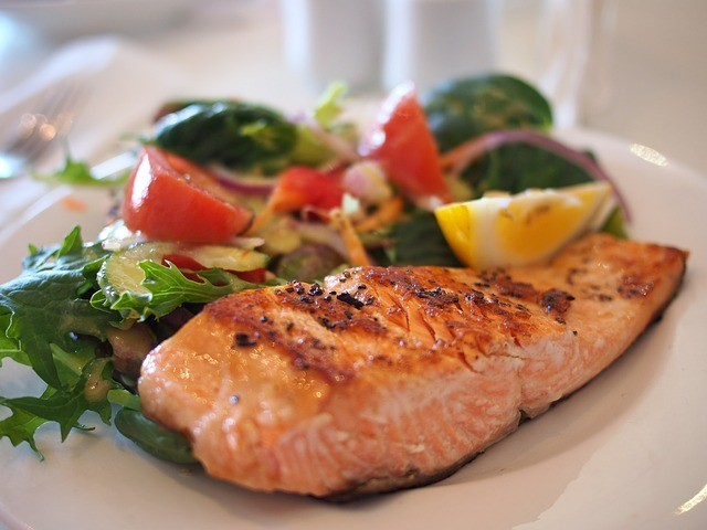 salmon with vegetables and lemon