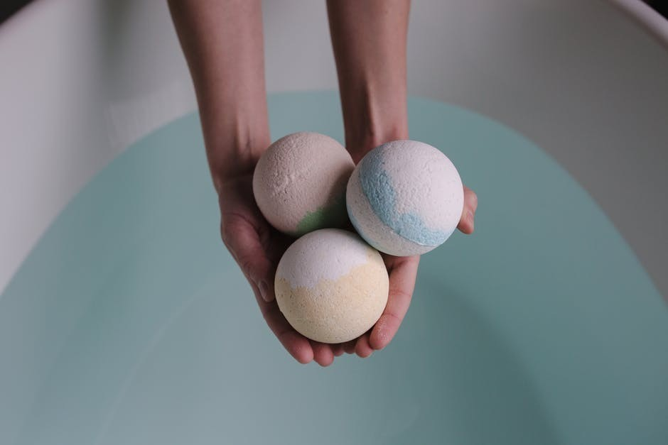 easy bath bomb recipe - three bombs in lady's hand