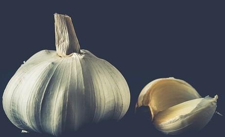 Garlic cloves for acne