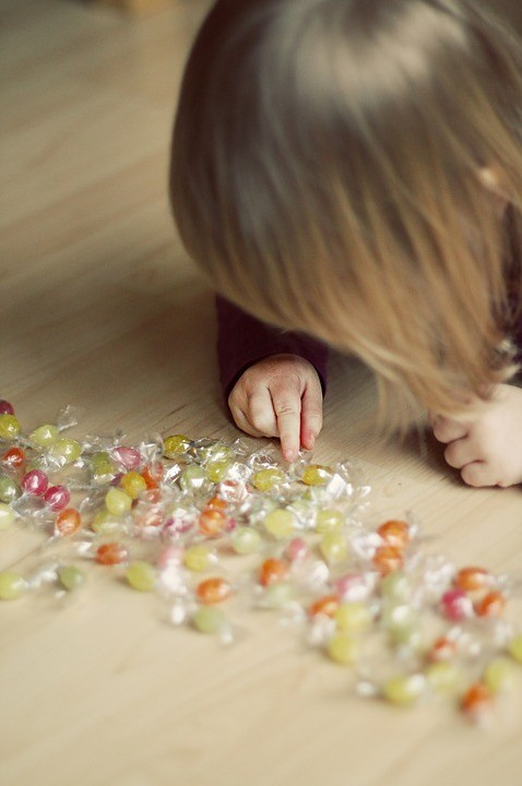 child sorting candy and sharpening the brain thru play