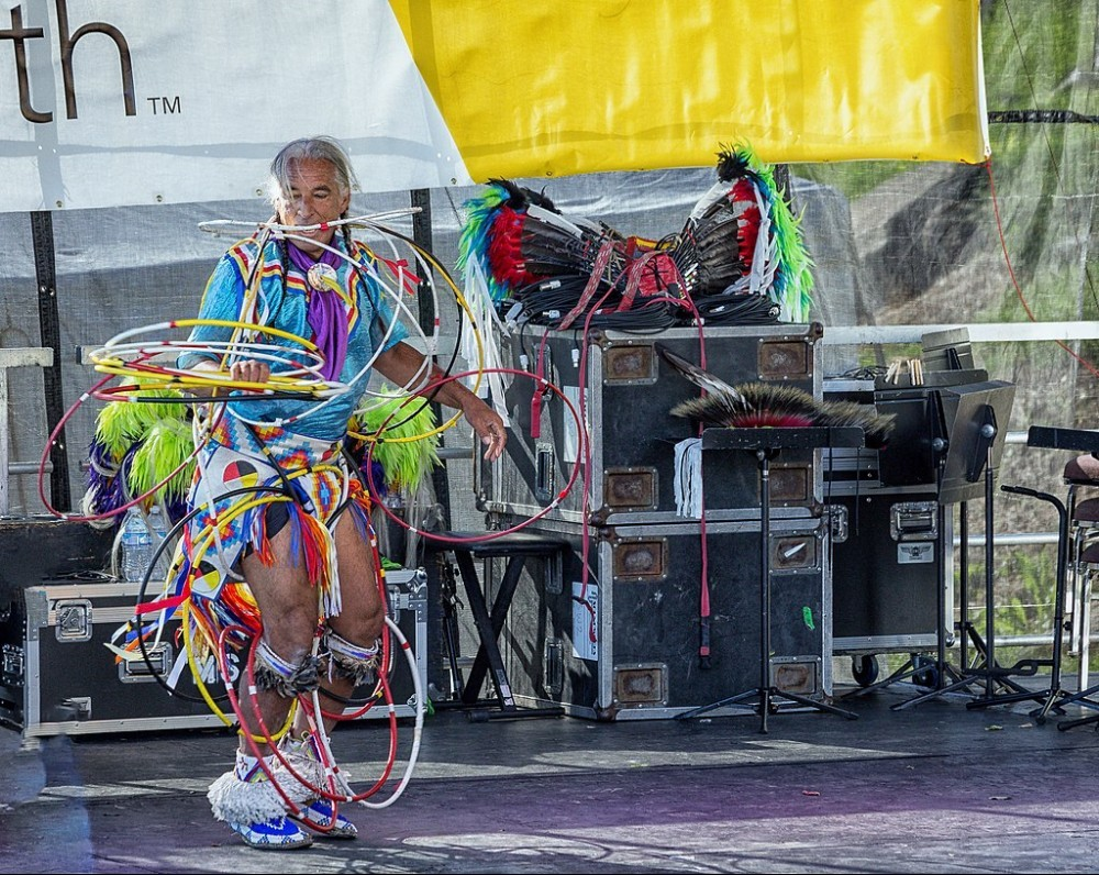 By Mobilus In Mobili - 2016 RVA Folk Fest Kevin Locke, CC BY-SA 2.0, https://commons.wikimedia.org/w/index.php?curid=68469980