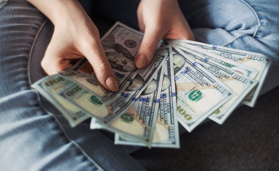 Hand shows money that can be earned with Affiliate Sales