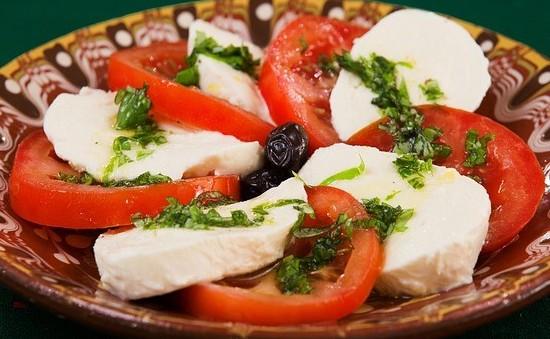 fresh tomato caprese salad