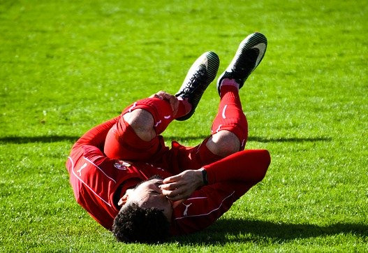 "<img src= ""footballer in pain.jpg"" alt=""how to train with an injury""/>"