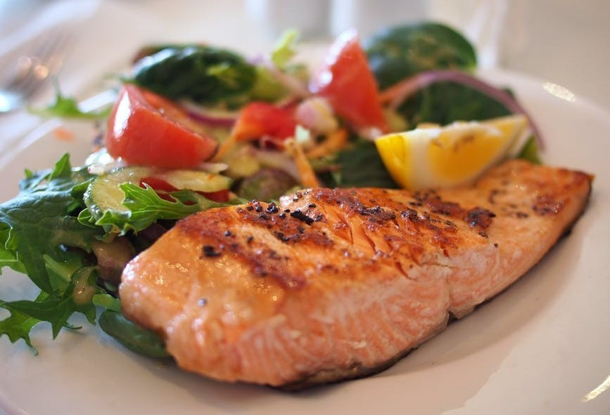 "<img src=""fish and salad.jpg"" alt=""how many calories should i eat in a day""/>"