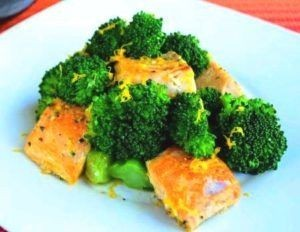 Broccoli with fried salmon pieces