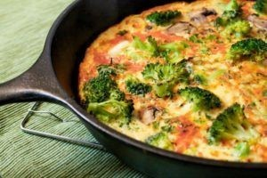 Omelette with mushrooms, broccoli and cumin